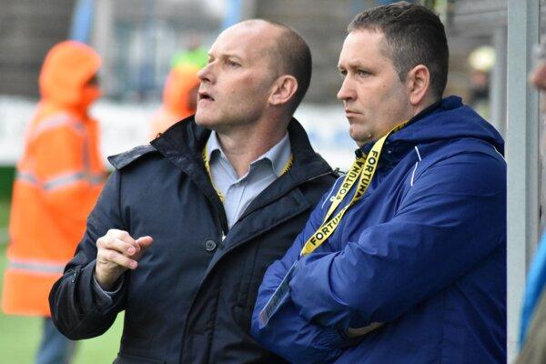 Tréner Anton Šoltis so svojím asistentom Jozefom Majorošom ostávajú na lavičke MFK Zemplín.