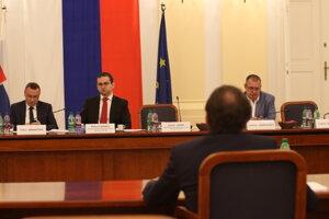 Člen výboru Tibor Bernaťák, predseda výboru Róbert Madej a člen výboru Ladislav Andreánsky počas štvrtého kola vypočutia kandidátov na sudcov Ústavného súdu.