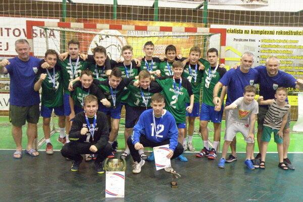 Víťazní chlapci zo ZŠ Nábrežná, ktorí po roku obhájili titul majstra Slovenska vdomácom prostredí.