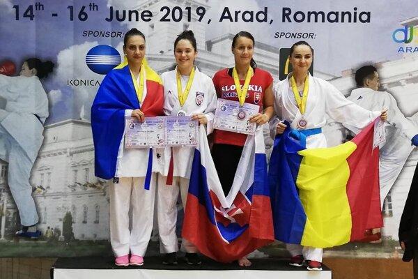 Sarah Hrnková (druhá zľava) si v seniorskej kategórii kumite žien nad 60 kg počínala vynikajúco.