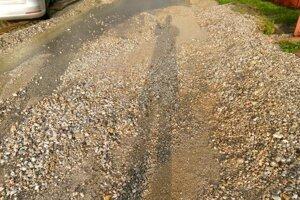 Voda na cesty naplavila kamene a štrk.
