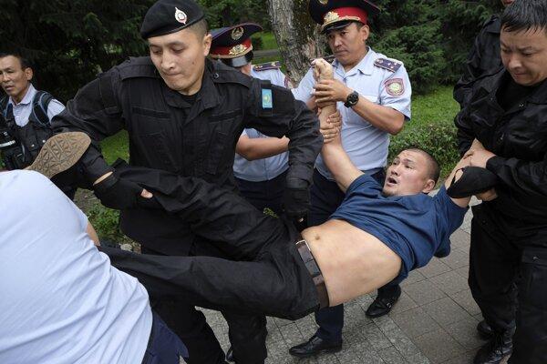Kazašská polícia zatýka demonštranta na úradmi nepovolenom zhromaždení občanov, ktorí sú nespokojní s výsledkami prezidentských volieb.