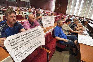 Protestujúci zamestnanci DPMK na košickom zastupiteľstve.