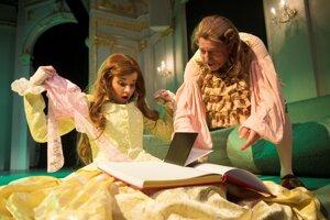 Ako Arnolf v Moliérovej Škole žien chce na svoj obraz prerobiť mladučkú Agnesu v podaní Aleny Ďuránovej.
