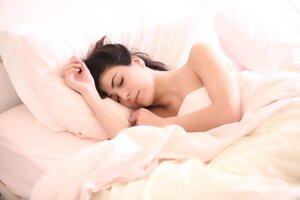 Dbajte na kvalitný spánok. Viaceré vedecké potvrdili priamu súvislosť medzi nedostatkom spánku a zvýšenou spotrebou kalórií, nezdravých jedál a cukru. Kvalitný spánok je naopak spôsobom, ako mať lepšou kontrolu nad svojou váhou.