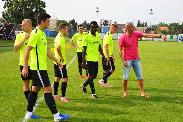 Mužstvo ŠKF zatiaľ vedie Peter Lérant. Funkcionári doťahujú rokovania s novým hlavným trénerom.