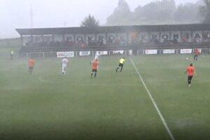 Pre silnú búrku trval v nedeľu v Krompachoch zápas iba 15 minút. Na dohrávku už hostia neprišli.