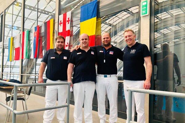 Tretí zľava Róbert Horváth vspoločnosti kolegov – rozhodcov na medzinárodnom turnaji.