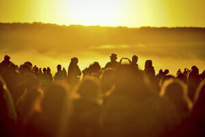 Ľudia sa účastnia na tradičných oslavách letného slnovratu.
