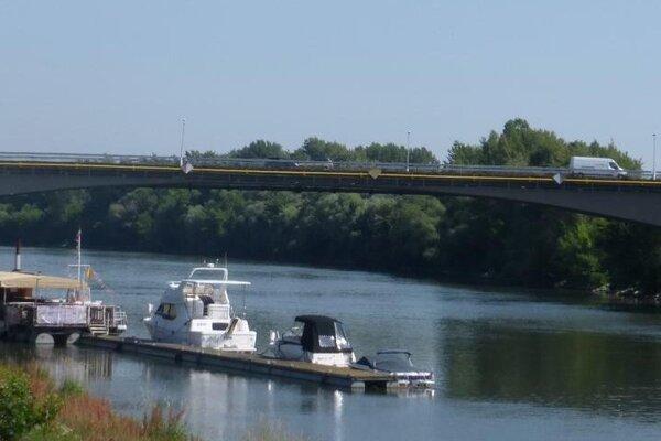 Vážsky most v Komárne je v zlom stave.