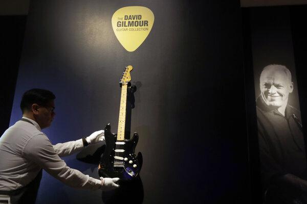 Na archívnej snímke z 23. marca 2019 technik inštaluje gitaru 'The Black Strat' vo výstavnej sieni aukčnej spoločnosti Christie's v Londýne.