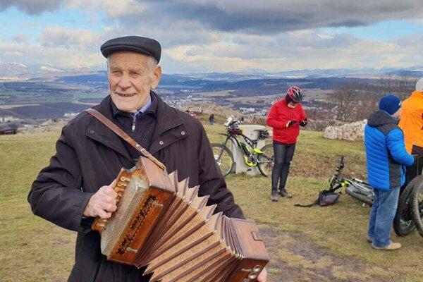 Pred necelým polrokom ešte zabával spoločnosť na Silvestra na Pustom hrade.