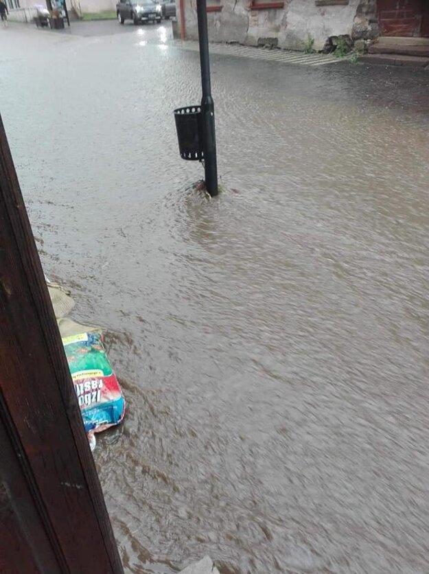Voda na pešej zóne v Kremnici.