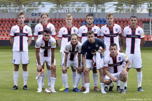 Na snímke hráči, ktorí obliekli dres FC ViOn v druhom polčase. Väčšinou sú to mladíci a futbalisti na skúške. Horný rad zľava: Haspra, Janek, Török, Pavlovčík, Hladík, Ciprys. Dolný rad zľava Silný, Mihálik, Koval, Kiška.
