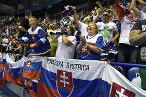 Na snímke fanúšikovia Slovenska povzbudzujú vo finálovom zápase majstrovstiev sveta v hokejbale mužov Slovensko – Fínsko v Košiciach v sobotu 22. júna 2019.