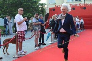 Porotca Ivan Fíla doskákal na záverečný ceremoniál so švihadlom.