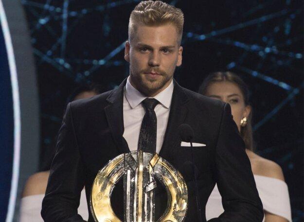 Obranca Erik Černák získal Cenu Róberta Švehlu.