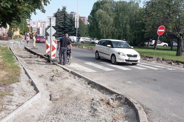 Jeden z posledných chodníkov v Leviciach, ktoré opravujú v prvej etape, sa nachádza na Ul. Sládkoviča.