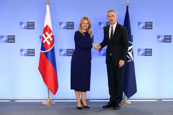 Prezidentka Zuzana Čaputová a generálny tajomník Severoatlantickej aliancie Jens Stoltenberg počas stretnutia v sídle NATO.