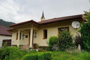 Fara je v blízkosti miestneho kostola.