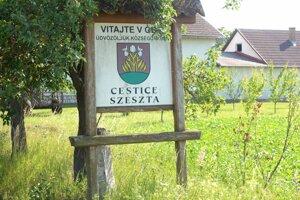 Na Obecnom úrade v Cesticiach došlo k potýčke medzi úradníčkou a starostom.