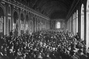Mierové rokovania vo Versailles. Mierová zmluva s Nemeckom bola podpísaná 28. júna 1919.