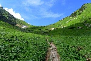 Turistický chodník vedúci Monkovou dolinou do Širokého sedla v Belianskych Tatrách.