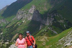 Turisti kráčajú po chodníku do Vyšného Kopského sedla, v pozadí Ždiarska vidla (vpravo) a Havran v Belianskych Tatrách.