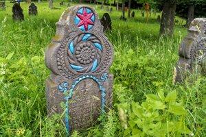 Zrenovovaný náhrobník na cintoríne v Hornom Tisovníku.