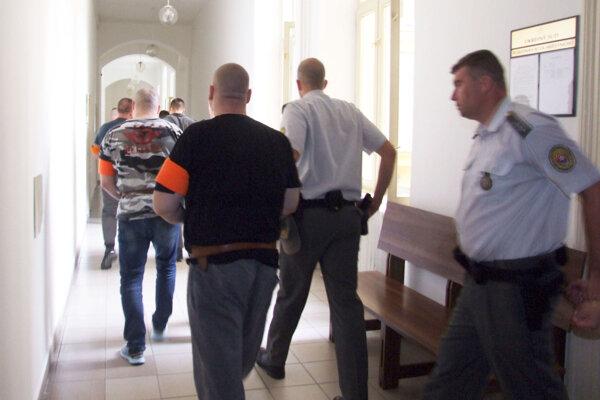 Obžalovaní - štyria muži a jedna žena - sú stíhaní väzobne.