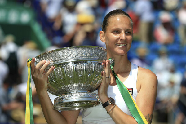 Karolína Plíšková pózuje s víťaznou trofejou.