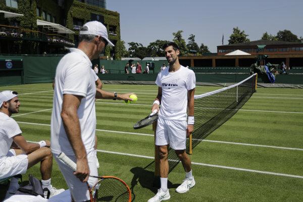 Novak Djokovič (vpravo) počas tréningu na Wimbledon.