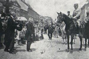 Mešťanosta Blanár (druhý zľava) pri odovzdávaní kľúčov mesta Košice.