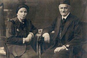 """Portrét Siegmunda a Kataríny Sonnenfeldovcov. Sonnenfeld pôsobil ako jeden z predstavených bratislavskej ortodoxnej židovskej obce. Fotografia vznikla v roku 1918, no Sonnenfeld zomrel už v roku 1892. Historik Štefan Holčík rozlúštil tento rébus, keďže poznal menší originál fotografie. V roku 1918 zjavne niekto vyhotovil zväčšeninu. """"Dodnes mi je záhadou, ako sa dostala za prvej republiky do Prešova, lebo určite ani Bárkány netušil, kto je na tom obrázku,"""" hovorí Holčík."""