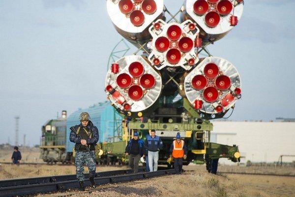 Nosná raketa Sojuz na ruskej základni v Bajkonure.