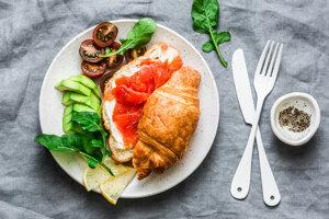 Croissant s údeným lososom, paradajkami, avokádom a syrom