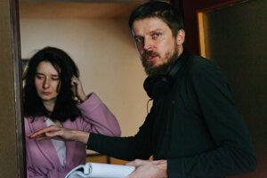 Režisér Marko Škop pri nakrúcaní filmu Nech je svetlo. V pozadí herečka  Zuzana Konečná.