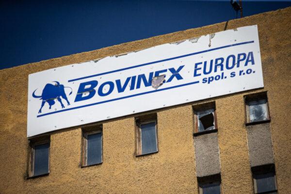 V areáli na Priemyselnej ulici zostal po skrachovanej firme Antonina Vadalu Bovinex Europa len veľký transparent na najvyššej budove.