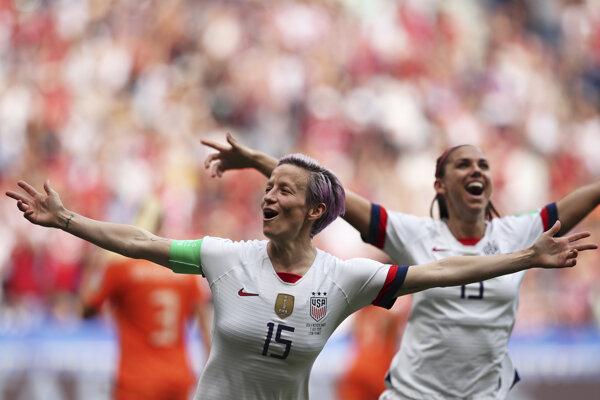 Američanka Megan Rapinoeová sa teší z úvodného gólu vo finále majstrovstiev sveta vo futbale žien USA - Holandsko 7. júla 2019 v Lyone.
