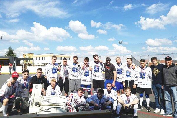 Double team Považská Bystrica - strieborný tím extraligy U 19 v hokejbale.