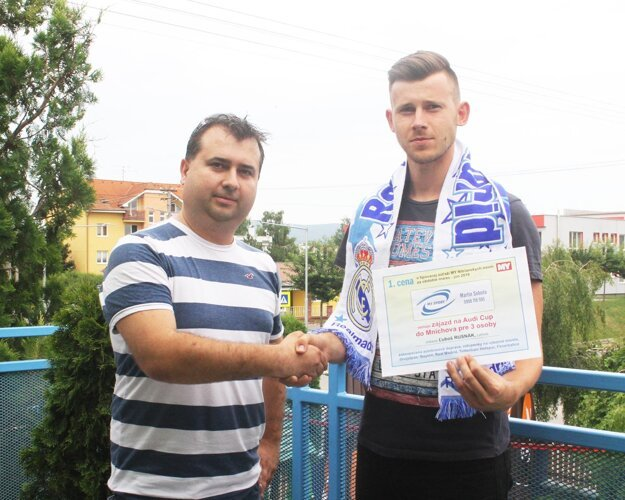 Martin Soboňa gratuluje Ľubošovi Rusnákovi.