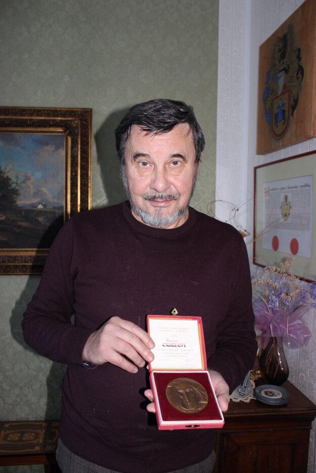 Ján Ľubomír Cvacho s otcovou medailou Mikuláša Kopernika