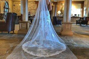 Timea vo svadobných šatách.