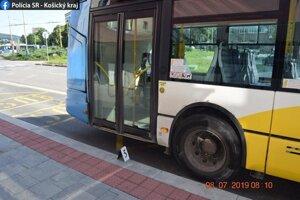 Autobus z doposiaľ presne nezistených okolností a nezisteným spôsobom zachytil chodca zadnou časťou vozidla.