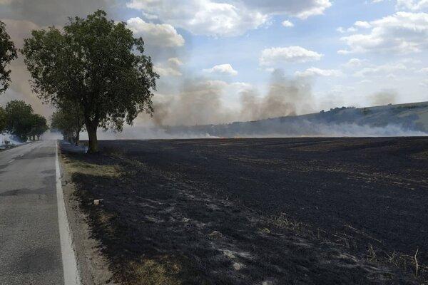 Hasiči z Pobedima pomáhali likvidovať požiar v katastri obce Prašník.