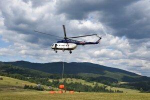 Viac ako 100 hasičov bojuje od pondelka 8. júla s požiarom v nedostupnom teréne na kopci Veľký Gápeľ.