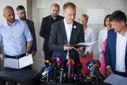 Zľava v popredí: Predseda hnutia PS Michal Truban, predseda strany SPOLU-OD Miroslav Beblavý a predseda KDH Alojz Hlina.