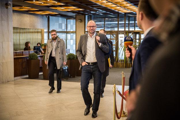 Richard Sulík prichádza na rokovanie v parlamente.