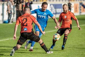 Na snímke sprava Peter Gál-Andrezly, Živko Milanov a Alexander Mojžiš počas zápas 1. predkola Európskej ligy 2019/2020 MFK Ružomberok - Levski Sofia.