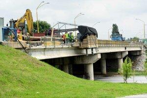 Oprava mosta pokračuje.
